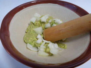 アボカドと玉ねぎをすり鉢でつぶす