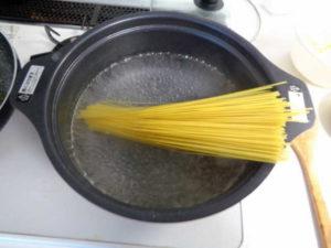 スパゲッティーを茹でる